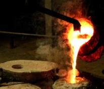 """Foto van het bronsgietproces: """"Mal na mal..."""""""