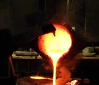 """Foto van het bronsgietproces: """"...wordt gevuld."""""""
